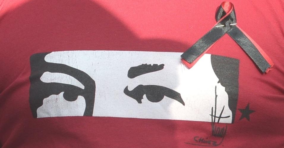 7.mar.2013 - Estampa dos olhos de Hugo Chávez vista em camiseta de simpatizantes do venezuelano na região de Quito, capital do Equador. Chávez, presidente da Venezuela, morreu na terça-feira (5), aos 58 anos, vítima de um câncer na região pélvica