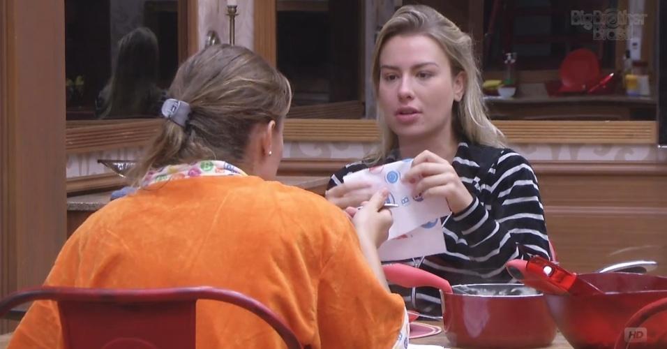 7.mar.2013 - Fernanda e Natália almoçam sozinhas na xepa