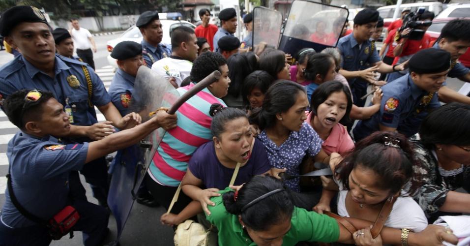 7.mar.2013 - Filipinos entram em confronto com a polícia nesta quinta-feira (7) durante uma manifestação em frente ao palácio presidencial da capital Manila, em protesto contra a ofensiva militar da Malásia contra os seguidores do sultão