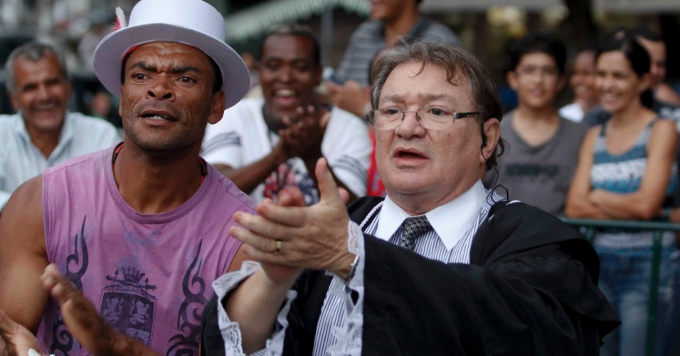 7.mar.2013 - José Arteiro, advogado da mãe de Elisa Samudio, é aplaudido na porta do Fórum Pedro Aleixo, em Contagem (MG)