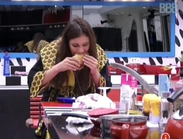 7.mar.2013 - Kamilla come sanduíche que preparou na cozinha da casa grande, com queijo, manteiga e ovo