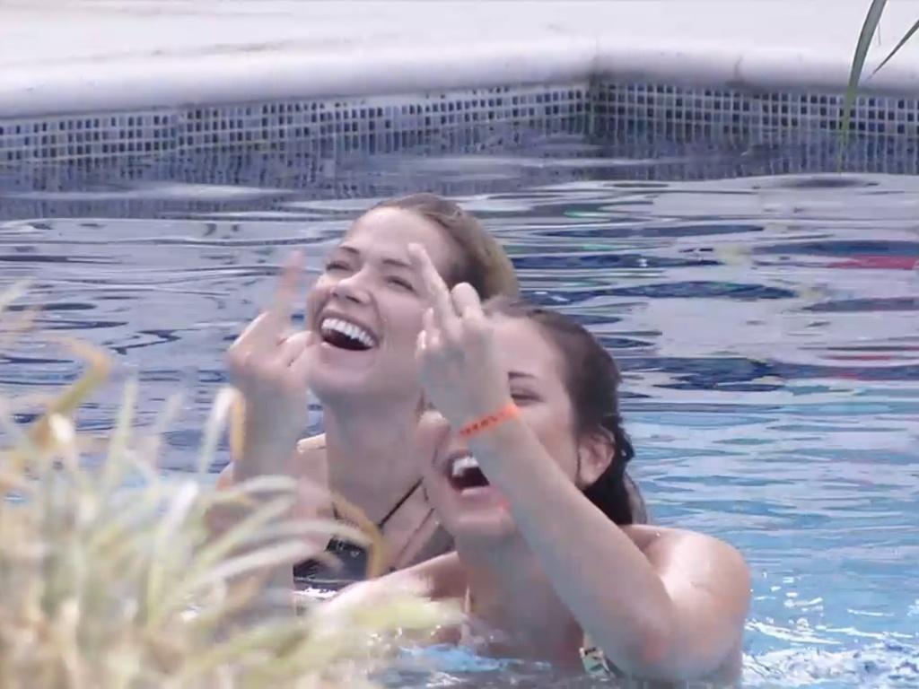 7.mar.2013 - Kamilla faz gesto obsceno para Fernanda após brincadeira da sister