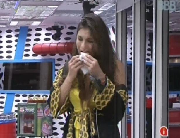7.mar.2013 - Kamilla morde segundo sanduíche do dia, feito com presunto, queijo, manteiga e requeijão