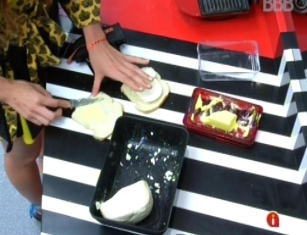 7.mar.2013 - Kamilla prepara pão com manteiga e queijo, e depois ainda frita um ovo para colocar junto