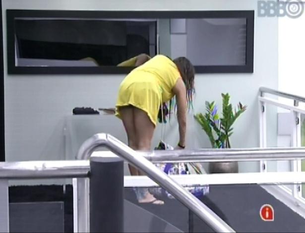 7.mar.2013 - Kamilla retira suas coisas do quarto do líder