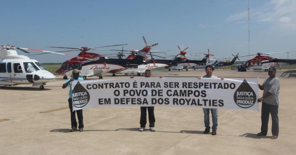 7.mar.2013 - Manifestação acontece no aeroporto de Campos contra a decisão do Congresso Nacional de derrubar os vetos da presidente Dilma à nova Lei dos Royalties