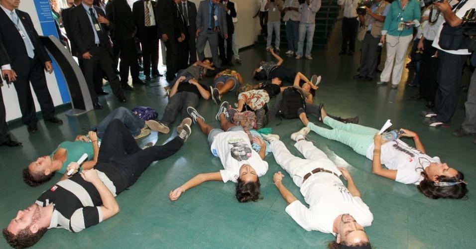 7.mar.2013 - Manifestantes protestam deitados no corredor da Câmara dos Deputados contra a eleição do deputado Pastor Marco Feliciano (PSC-SP) para a presidência da Comissão de Diretos Humanos e Minorias. Feliciano é acusado de homofobia e racismo por defensores dos direitos dos homossexuais e negros