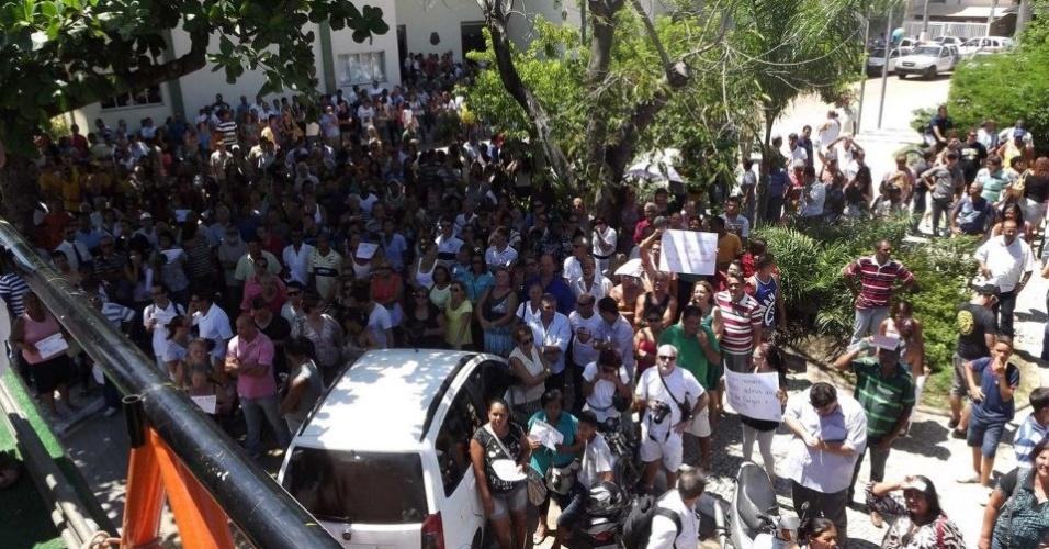 7.mar.2013 - Manifestantes protestam em Cabo Frio (RJ) contra o projeto que reduz os royalties do petróleo para os Estados produtores (Rio e Espírito Santo)