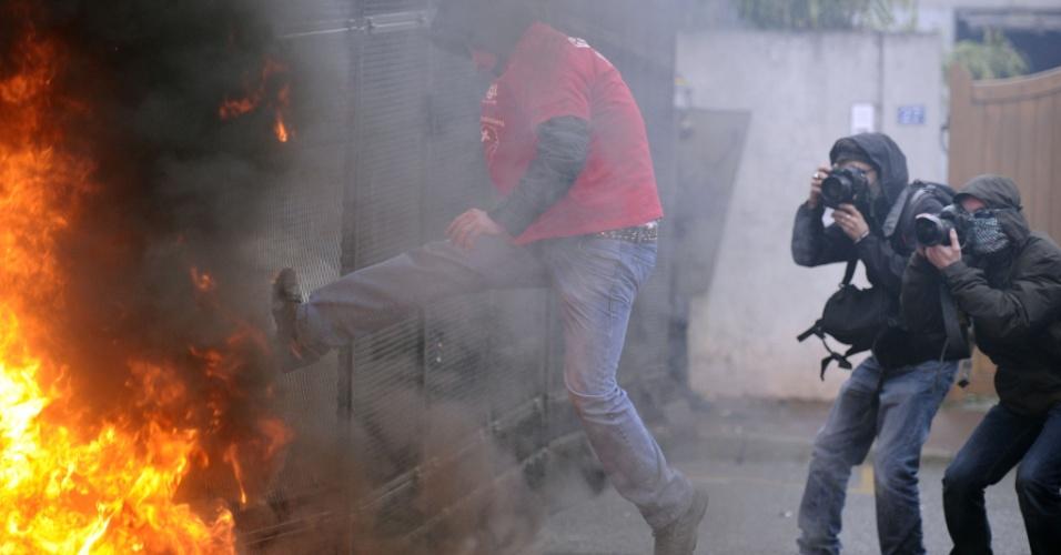7.mar.2013 - Manifestantes queimam pneus e protestam nesta quinta-feira (7) em frente à sede da empresa Goodyear no subúrbio de Paris, na França, contra a possível demissão de 1.250 pessoas até 2014