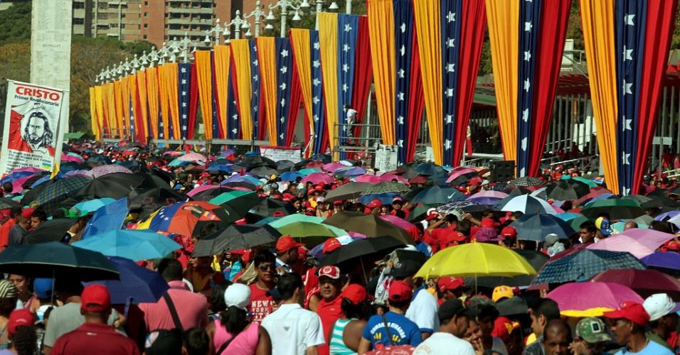 7.mar.2013 - Milhares de venezuelanos fazem filas durante cerca de 8 horas, sob uma temperatura de 32ºC graus, para assistir ao velório do presidente Hugo Cháves, morto na terça-feira (5), na Academia Militar de Caracas