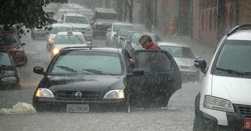7.mar.2013 - Motorista abandona carro durante enchente na Vila Pompeia em São Paulo (SP), na tarde desta quinta-feira (7)