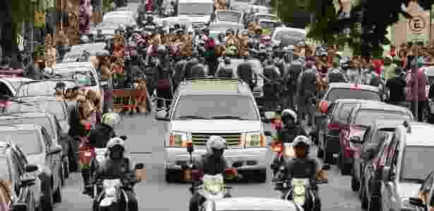 Multidão de fãs acompanha cortejo do corpo de Chorão até o Cemitério Memorial Necrópole Ecumênica, em Santos - Guilherme Dionízio/Estadão Conteúdo