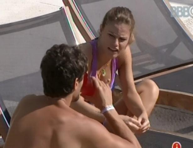 7.mar.2013 - Natália e André conversam na beira da piscina sobre vetos do brother na prova do líder