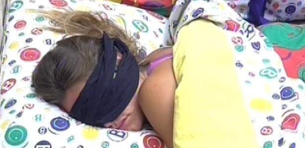 7.mar.2013 - Natália volta a dormir no quarto brechó após toque de despertar