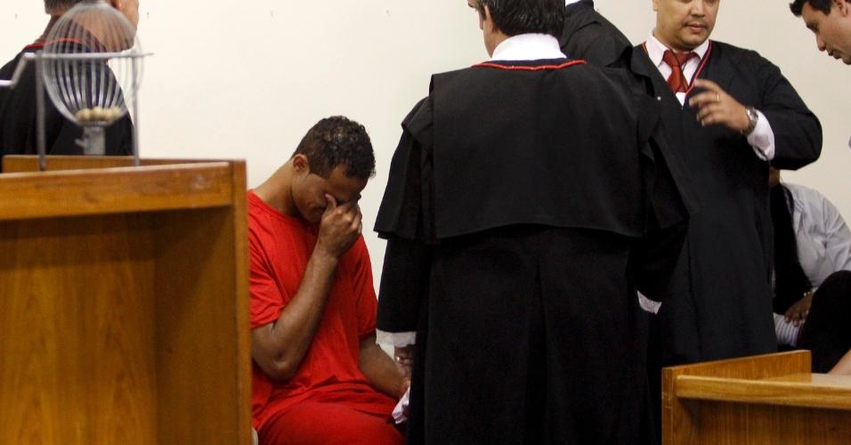 4.mar.2013 - O ex-goleiro Bruno Fernandes de Souza chora durante seu julgamento, no fórum Pedro Aleixo, em Contagem (MG). Ele é acusado de mandar matar a ex-amante Eliza Samudio