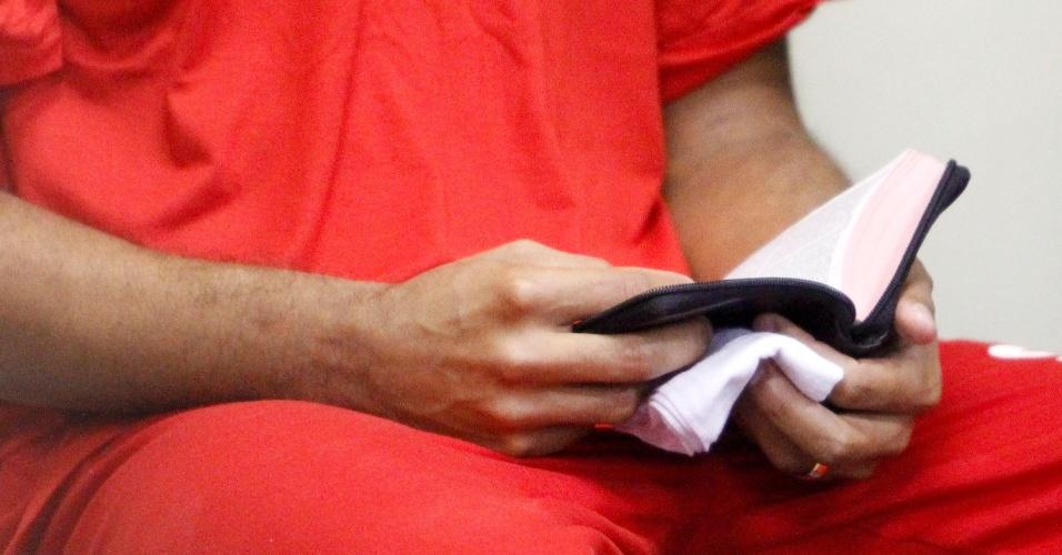 4.mar.2013 - O ex-goleiro Bruno Fernandes de Souza lê uma Bíblia enquanto aguarda seu julgamento, no fórum Pedro Aleixo, em Contagem (MG)
