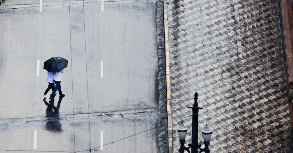 7.mar.2013 - Paulistanos se protegem da chuva no início da tarde de quinta, no viaduto 9 de Julho, no centro da cidade