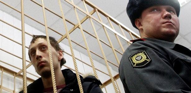 Pavel Dmitrichenko, à esquerda, bailarino acusado de atacar com ácido o diretor artístico do balé Bolshoi assiste, da cela do réu, a audiência sobre o caso, em corte de Moscou - Maxim Shemetov/Reuters