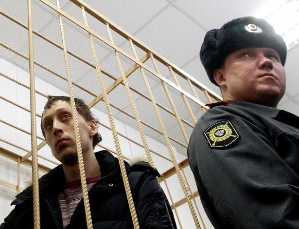 Pavel Dmitrichenko (à esq.), bailarino acusado de atacar com ácido o diretor artístico do balé Bolshoi assiste, da cela do réu, a audiência sobre o caso, em corte de Moscou - Maxim Shemetov/Reuters