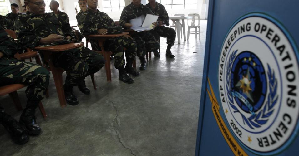 """7.mar.2013 - Soldados filipinos destinados às operações de paz da ONU assistem a aula durante treinamento em Quezón. O governo das Filipinas exigiu, hoje, a """"imediata liberação"""" dos 21 observadores da ONU filipinos que foram sequestrados ontem por rebeldes sírios no sul do país, que vive há quase dois anos uma sangrenta guerra civil"""