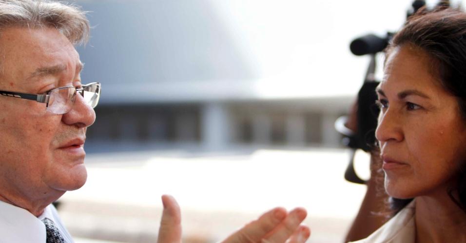 7.mar.2013 - Sônia Moura, mãe de Eliza Samudio conversa com o advogado José Arteiro, no Fórum Pedro Aleixo, em Contagem (MG)