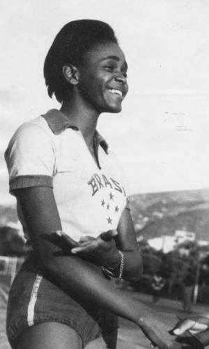 Aída dos Santos - única mulher presente na delegação dos Jogos de Tóquio, em 1964. Nesta edição, ficou em quarto lugar na prova do salto em altura, mesmo sem nenhuma estrutura fornecida: viajou sem técnico e sem material para competir. Nem sequer tinha roupa para a Cerimônia de Abertura: usou um uniforme adaptado de outra competição. Mesmo assim, se transformou na primeira mulher do Brasil a disputar uma final olímpica