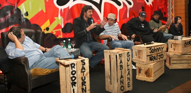 """Coletiva de lançamento do filme """"O Magnata"""", em 6 de junho de 2006, com o diretor Johnny Araújo (camisa cinza listrada e boné) e o roteirista Chorão (boné preto) no Hotel Unique, em São Paulo"""