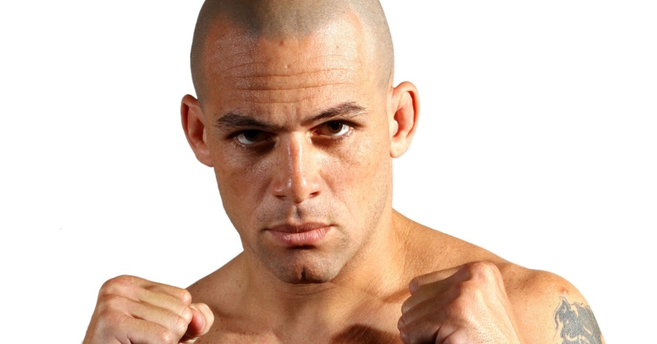 Daniel Oliveira de Azeredo, o Gelo, tem 29 anos, 1,80 m e 85 kg. Nascido em Nilópolis (RJ), tem cartel de quatro vitórias e uma derrota