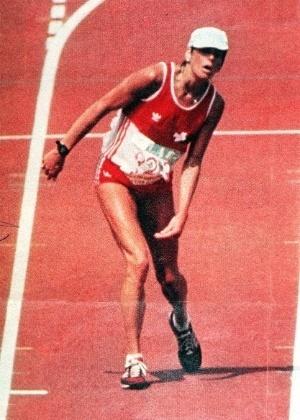 Gabriellle Andersen ? maratonista suíça. Virou símbolo de perseverança no esporte após completamente desidratada, desorientada pelo esforço no calor e com uma forte cãibra na perna esquerda, completar a maratona dos Jogos de 84, em Los Angeles, cambaleando. Ela levou 10 minutos para percorrer os últimos 200 metros do percurso e ficou em 37º lugar entre 44 corredoras.