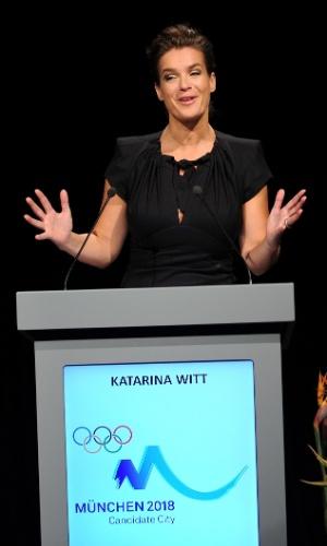 Katarina Witt ? patinadora. Em 1985 se tornou a primeira atleta profissional da Alemanha Oriental. Era vigiada constantemente pela polícia secreta da Alemanha Oriental, a Stasi, que formou um arquivo de 4.000 páginas sobre ela. Conquistou quatro títulos mundias e dois olímpicos na carreira e foi eleita a atleta feminina favorita dos Estados Unidos em 1999 e a patinadora favorita do século XX.