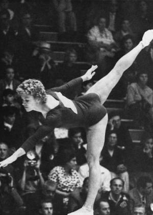 Larisa Latynina - ginasta ucraniana. A maior medalhista mulher da história dos Jogos Olímpicos. Entre todos os atletas, perde apenas para Phelps, que bateu seu recorde de 18 medalhas nos Jogos de Londres no ano passado.