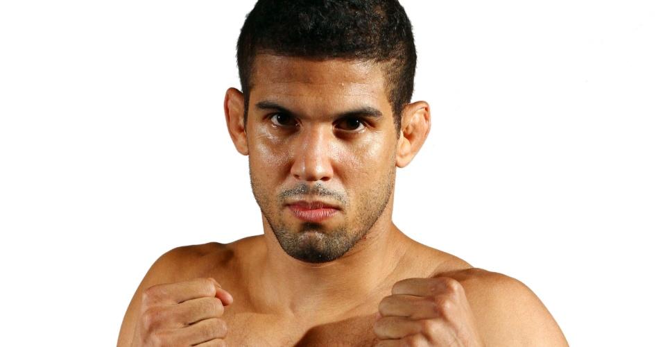 Leonardo Santos, tem 33 anos, 1,83 m e 79 kg. Nascido no Rio de Janeiro, tem cartel de 11 vitórias e três derrotas