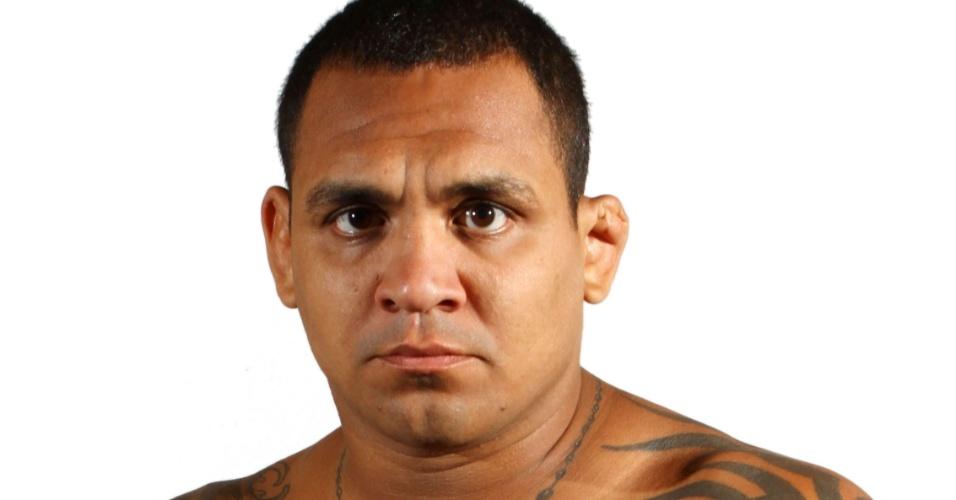 Luis Jorge Dutra da Silva Jr., o Besouro, tem 31 anos, 1,80 m e 90,7 kg. Nascido no Rio de Janeiro, tem cartel de 11 vitórias, duas derrotas e um empate