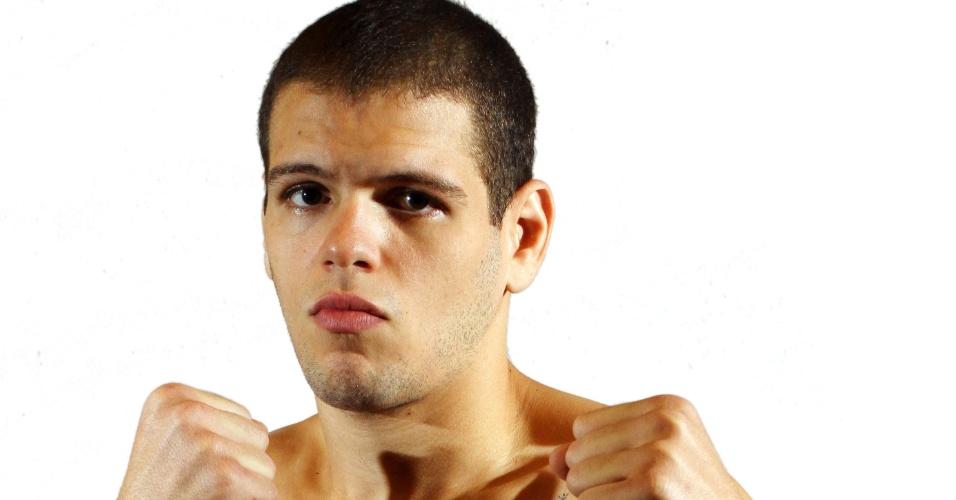 Roberto Barros Martins Amorim, o Corvo, tem 23 anos, 1,83 m e 82 kg. Nascido no Rio de Janeiro, tem cartel de 6 vitórias e uma derrota