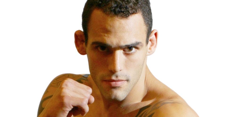 O argentino Santiago Ponzinibbio, El Rasta, tem 26 anos, 1,80 m e 83,2 kg. Nascido em La Plata, Argentina, tem cartel de 18 vitórias e uma derrota