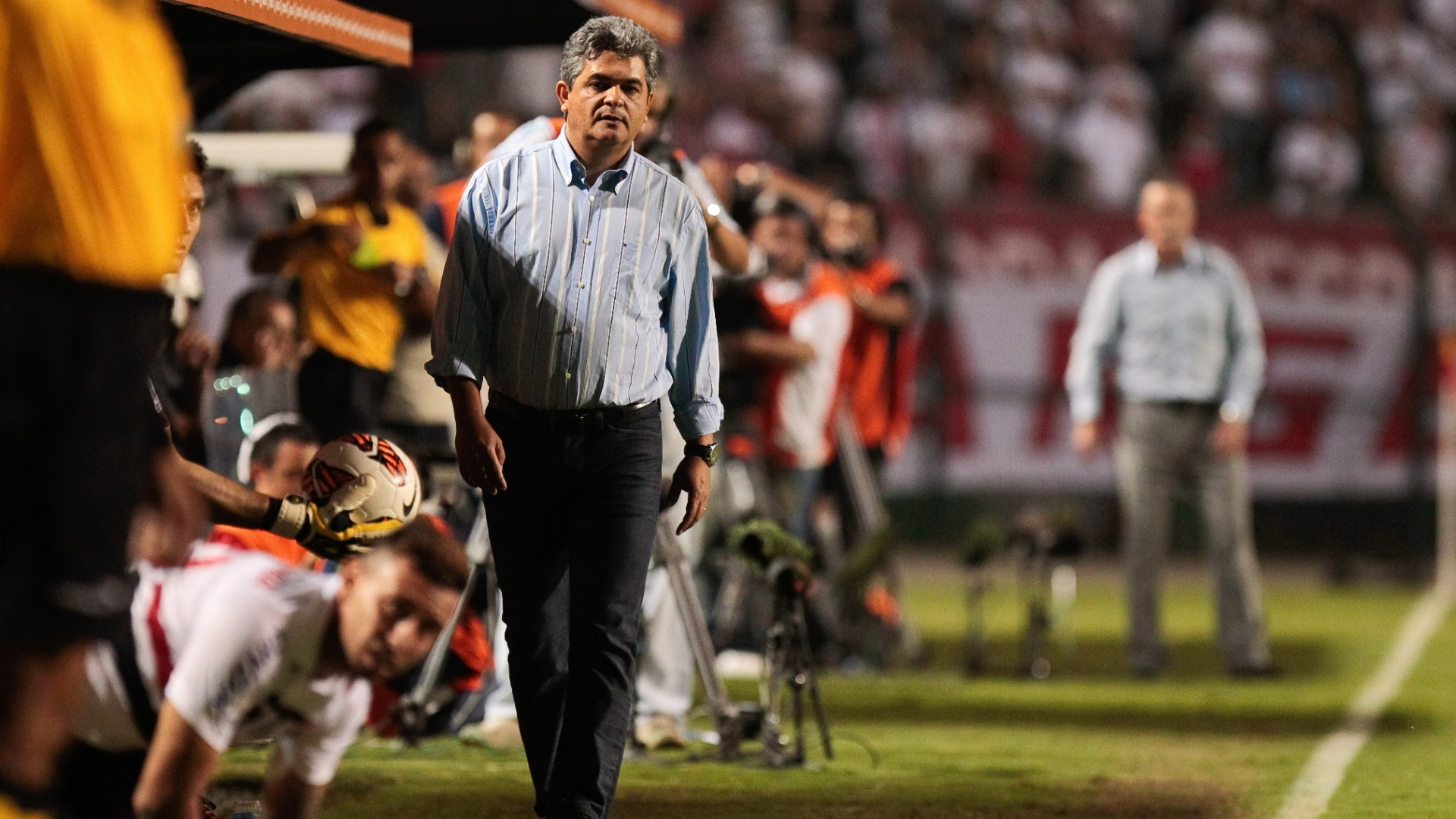 07/03/2013 - Ney Franco aguarda entrada de Cañete em jogo da Libertadores