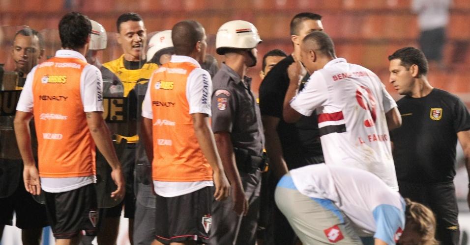 08-03-2013 - Luis Fabiano discute com árbitro Wilmar Roldan, da Colômbia