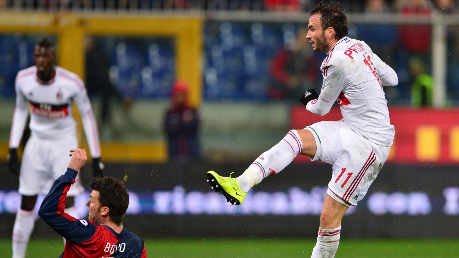 08.mar.2013 - Giampaolo Pazzini (dir), do Milan, chuta para marcar sobre o Genoa, em partida pelo Campeonato Italiano