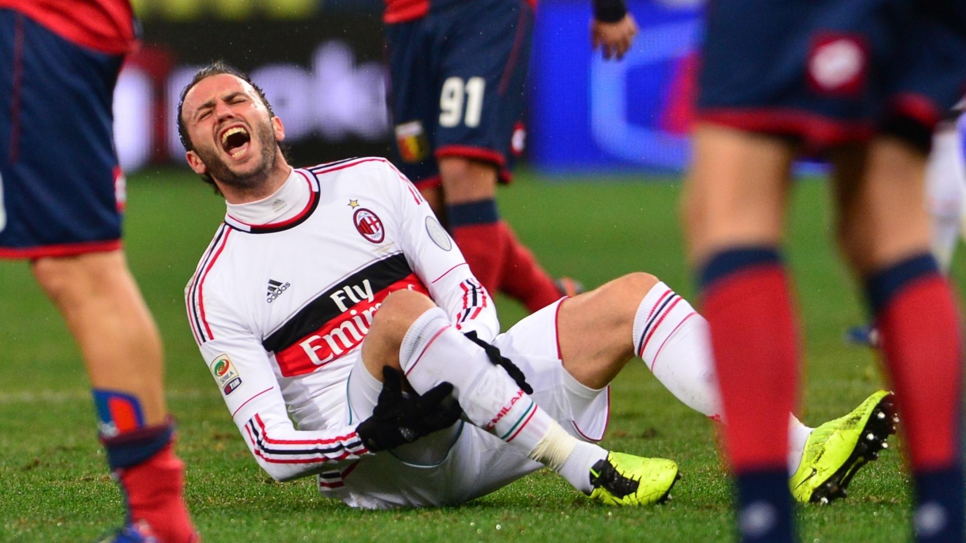 08.mar.2013 - Giampaolo Pazzini, do Milan, urra após sofrer falta e se lesionar durante a partida contra o Genoa, pelo Campeonato Italiano