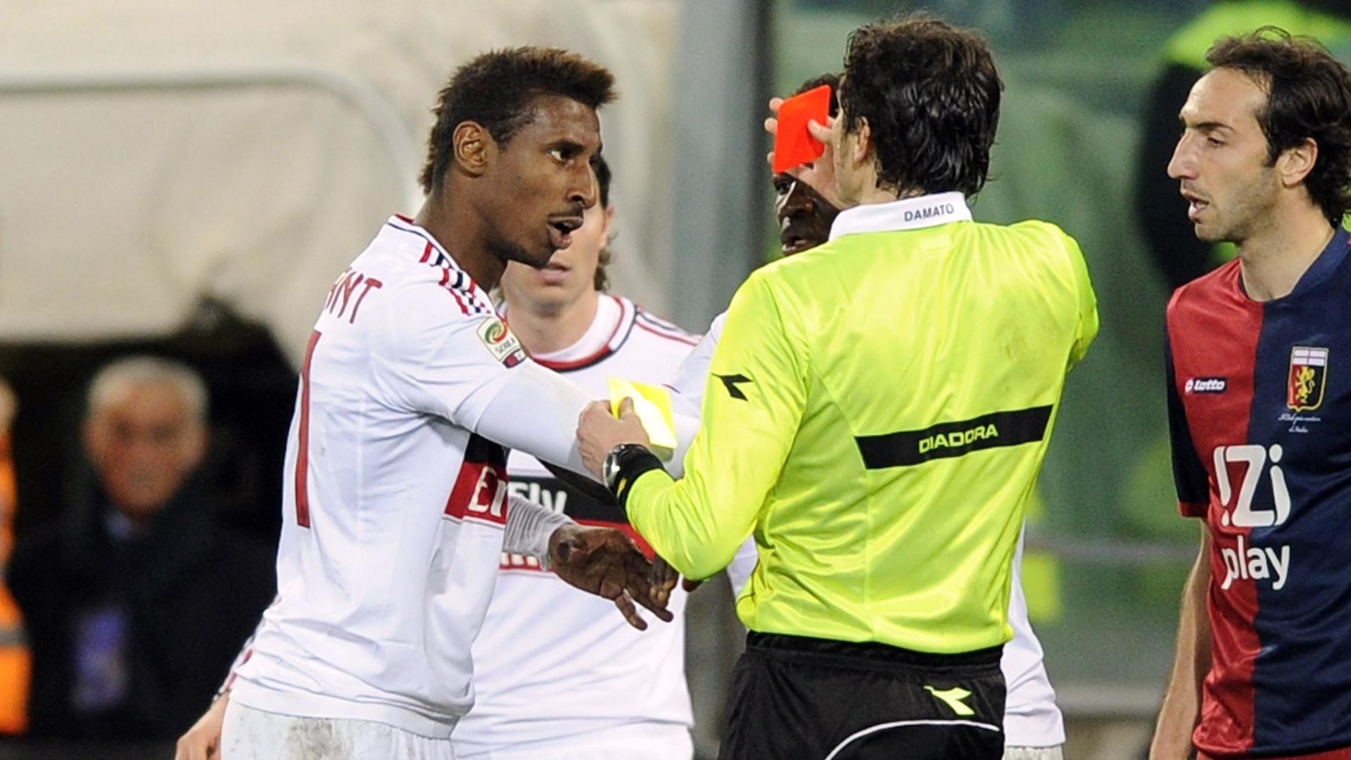 08.mar.2013 - Kevin Constant (esq), do Milan, é expulso pelo árbitro Antonio Damato durante a partida contra o Genoa, pelo Campeonato Italiano