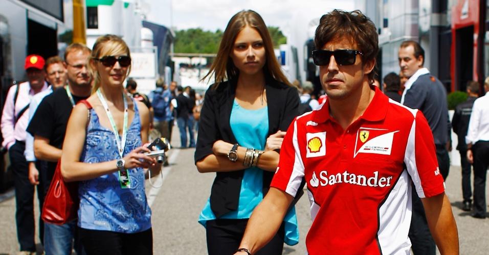 22.jul.2012 - Dasha Kapustina acompanha o namorada Fernando Alonso nos boxes do GP da Alemanha