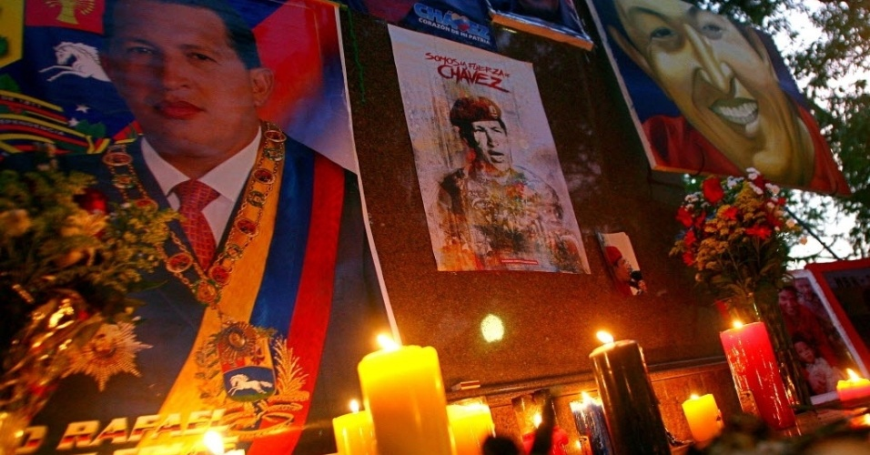 7.mar.2013 - Altar improvisado em homenagem a Hugo Chávez é montado na praça Simón Bolívar, em Sabaneta, cidade natal do presidente da Venezuela, que morreu na terça-feira (5) vítima de um câncer. O funeral de Chávez começará nesta sexta (8), na Academia Militar, em Caracas, às 11h no horário local (12h30 de Brasília)