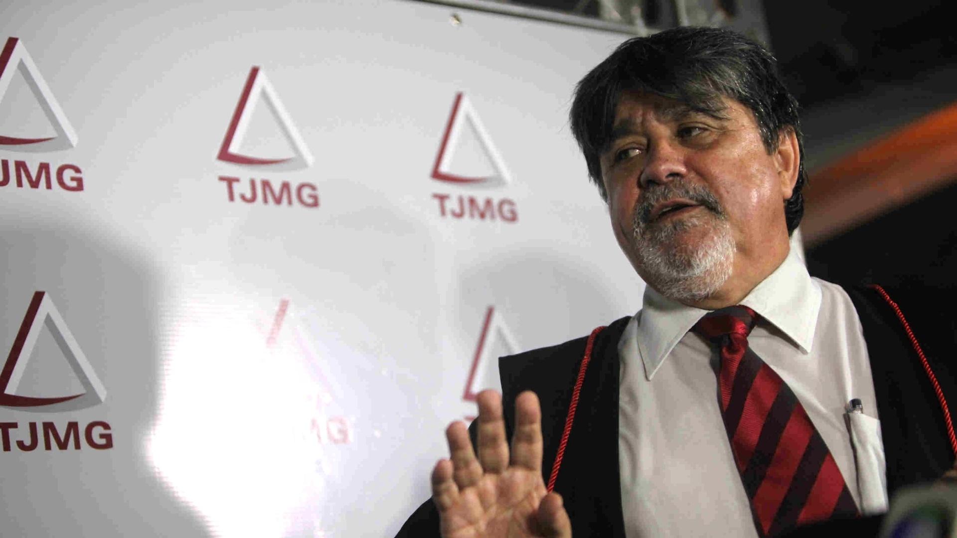7.mar.2013 - O advogado Lúcio Adolfo da Silva, que defende o goleiro Bruno Fernandes de Souza, fala a jornalistas na frente do Fórum de Contagem (MG), pouco antes do anúncio da sentença do jogador