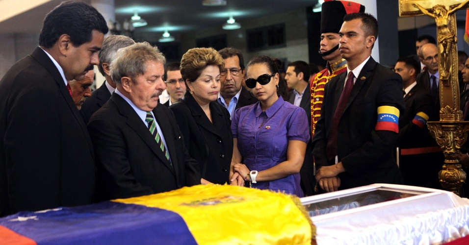 7.mar.2013 - O ex-presidente Lula e a presidente Dilma Rousseff, ao lado do presidente interino venezuelano, Nicolás Maduro (à esquerda), e da filha de Chávez, Rosa Virginia, comparecem ao funeral do presidente Hugo Chávez, morto nesta terça-feira (5)