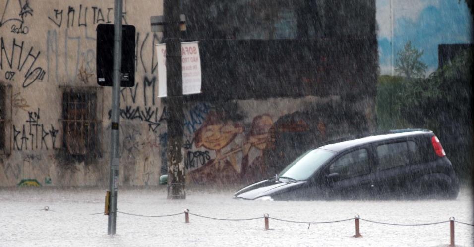 8.mar.2012 - Carro fica ilhado em alagamento na rua Barão do Bananal, em Perdizes, zona oeste de São Paulo (SP), causado pela forte chuva que atingiu a cidade nesta sexta-feira