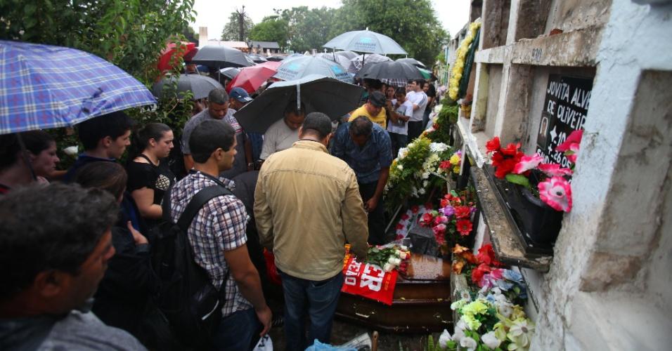 8.mar.2013 - A 241ª vítima do incêndio na boate Kiss, Driele Pedroso Lucas, 23, foi enterrada no cemitério Municipal de Santa Maria. A jovem morreu na quinta-feira (7), em Porto Alegre (RS), e era a última paciente que ainda respirava com ajuda de aparelhos em decorrência da tragédia de 27 de janeiro