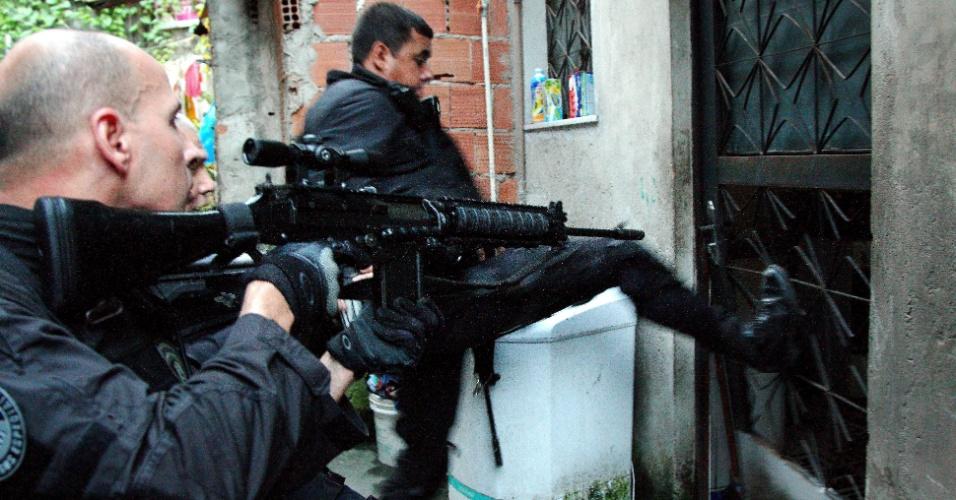8.mar.2013 - A Polícia Civil e a Corregedoria da Polícia Militar prenderam até as 9h desta sexta-feira (8), 20 adultos e apreenderam três menores, todos suspeitos de envolvimento com o tráfico de drogas na zona portuária do Rio de Janeiro, durante operação na região do Morro da Providência