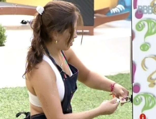 8.mar.2013 - Andressa encontra chave correta, abre caixa surpresa e ganha R$ 10 mil