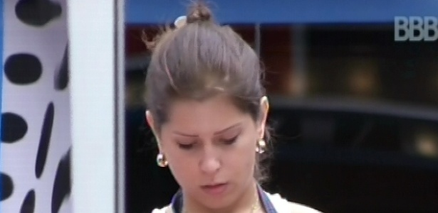 8.mar.2013 - Andressa faz o almoço na cozinha da casa grande; ela não sabe que há uma caixa surpresa do lado de fora da casa