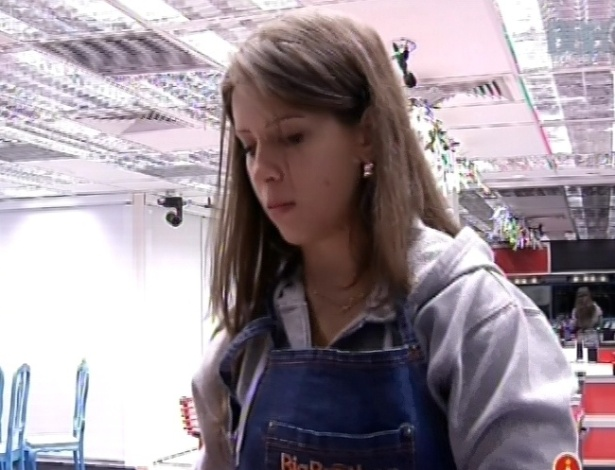 8.mar.2013 - Andressa lava a louça e faz o almoço na cozinha da casa grande, enquanto outros brothers dormem